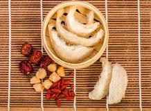 Le nid de l'oiseau a bouilli le nid et le jujube rouge de l'oiseau Style chinois de nourriture Photos libres de droits