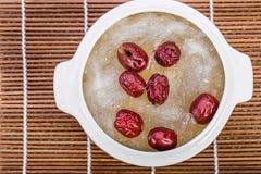 Le nid de l'oiseau a bouilli le nid et le jujube rouge de l'oiseau Style chinois de nourriture Image libre de droits