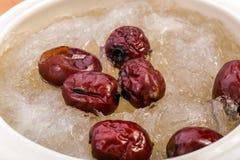 Le nid de l'oiseau a bouilli le nid et le jujube rouge de l'oiseau Style chinois de nourriture Photographie stock