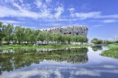 Le nid le Stade Olympique du ` s d'oiseau s'est reflété dans un étang, Pékin, Chine Images stock