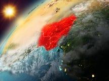 Le Nigéria sur terre de planète dans le coucher du soleil Image stock