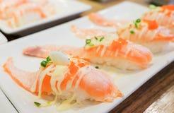 Le nigiri saumoné grillé de saké de sushi de toro avec la crevette eggs le tobiko photographie stock