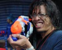 Le noceur thaï d'an neuf apprécie un combat de l'eau photos stock
