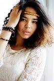 Le noir adorable skined l'adolescente africaine habillée comme le hippie hippie, portrait de vintage, concept de personnes de mod Images stock