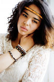 Le noir adorable skined l'adolescente africaine habillée comme le hippie hippie, portrait de vintage, concept de personnes de mod Photos stock