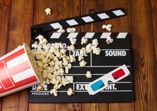 Le noir avec les lettres blanches font la fête des boutons-pression, boîte renversée maïs-et Photographie stock libre de droits