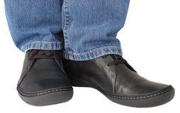 Le noir chausse les hommes occasionnels de denim de jeans bleus d'indigo Photographie stock