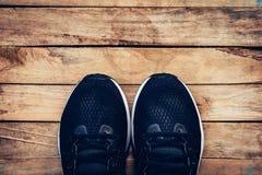 Le noir chausse occasionnel et l'espadrille sur le fond en bois avec l'espace Photos libres de droits