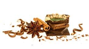 Le noir et les barres de chocolat au lait avec le bâton et l'anis de cannelle se tiennent le premier rôle Images libres de droits