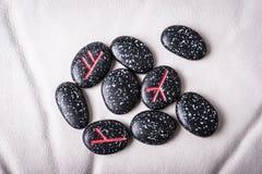 le noir lapide des runes Photos stock