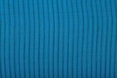 Le noir a plissé le tissu transparent de caprone sur un fond bleu Image libre de droits