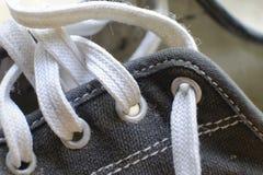 Le noir simple chausse des espadrilles avec le fond de plan rapproché de dentelles Photo stock