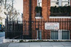 Le nom de rue de Sheffield Terrace se connectent une barrière, un Kensington et une Chelsea noirs, Londres, R-U image stock