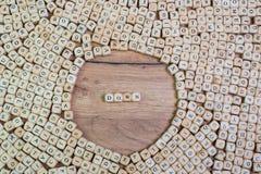 Le nom de trisomie 21 dans les lettres sur le cube découpe sur la table photos libres de droits