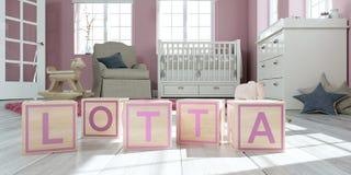 Le nom Lotta écrite avec les cubes en bois en jouet chez la pièce du ` s des enfants Photos libres de droits