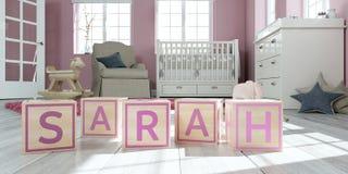 Le nom Sarah écrite avec les cubes en bois en jouet chez la pièce du ` s des enfants Image libre de droits