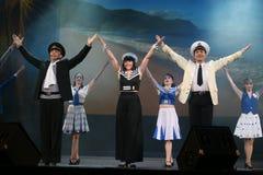 Le nombre musical de danse avec un thème nautique a exécuté par les acteurs de la troupe du théâtre de variétés de St Petersburg Photos libres de droits