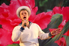Le nombre musical de danse avec un thème nautique a exécuté par les acteurs de la troupe du théâtre de variétés de St Petersburg Photo libre de droits