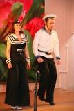 Le nombre musical de danse avec un thème nautique a exécuté par les acteurs de la troupe du théâtre de variétés de St Petersburg Images libres de droits