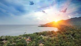 Le nord de Bali - Pemuteran Vue aérienne de bourdon Palmiers sur une côte d'océan et une colline verte Photo stock