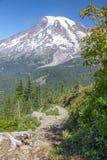 Le nord de marche sur la crête de sommet traînent avec la vue plus pluvieuse magnifique Image libre de droits