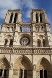 Le Notre-Dame de Paris de cathédrale - saisissez la prise de la vue de vue dehors, sans caractère et du jour photo stock
