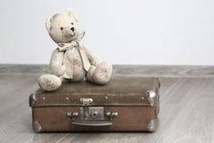 Le nounours concernent une vieille valise en cuir Image libre de droits