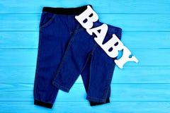 Le nourrisson badine les pantalons foncés de treillis Photos stock