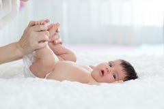 Le nourrisson de bébé apprécie le massage de la mère Photographie stock libre de droits