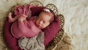Le nourrisson de bébé ment au panier images stock