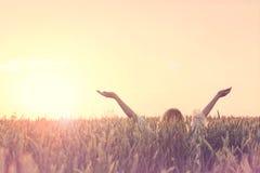 Le nouveau jour bienvenu, femme avec les bras augmentés embrasse le soleil image libre de droits