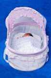 Le nouveau-né dans un bâti. Photographie stock
