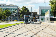 Le nouveau tram appelle le ` du ` VLT devant l'aéroport de Santos Dumont, Rio de Janeiro Images stock
