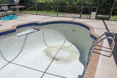 Le nouveau travail de coulis de frontière de tuile de piscine transforment Image libre de droits