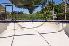 Le nouveau travail de coulis de frontière de tuile de piscine transforment Images libres de droits
