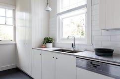 Le nouvel office rénové de blanc et de charbon de bois dénomment la cuisine Image libre de droits