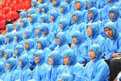 Le 5 novembre 2014 : La petite fille sous la pluie ensemble à COM Photo stock