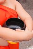 Le novice portant l'aumône-cuvette d'un moine reçoivent la nourriture photos libres de droits