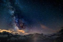 Le noyau rougeoyant coloré de la manière laiteuse et du ciel étoilé a capturé à la haute altitude dans l'été sur les Alpes italie Photos libres de droits
