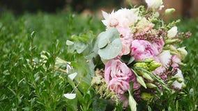Le nozze fioriscono il mazzo sui precedenti dell'erba verde video d archivio