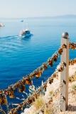 Le nozze fissano il recinto vicino al mare Fotografia Stock