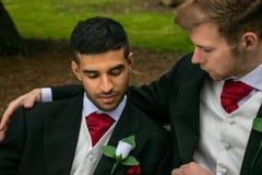 Le nozze gay, gli sposi, coppie posano per le immagini dopo la loro cerimonia di nozze in sagrato fotografia stock libera da diritti