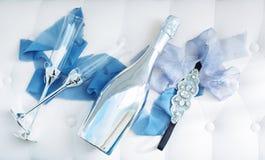 Le nozze hanno decorato i vetri e la bottiglia del champagne sulla tavola Fotografia Stock