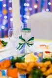 Le nozze hanno decorato il vetro di vino sulla tavola Fotografia Stock Libera da Diritti
