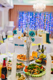 Le nozze hanno decorato la tavola nel bello corridoio di banchetto Fotografia Stock Libera da Diritti
