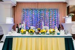 Le nozze hanno decorato la tavola per una cena romantica in ristorante Fotografie Stock Libere da Diritti