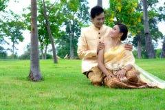 Le nozze sposano le coppie Immagini Stock Libere da Diritti