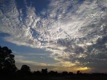 Le nuage étonnant dans cette soirée a eu Yai, Thaïlande Image stock