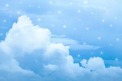 Le nuage bleu et le ciel bleu avec la fausse étoile s'allument Photos stock