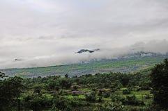 Le nuage a couvert la gamme de montagne Image libre de droits